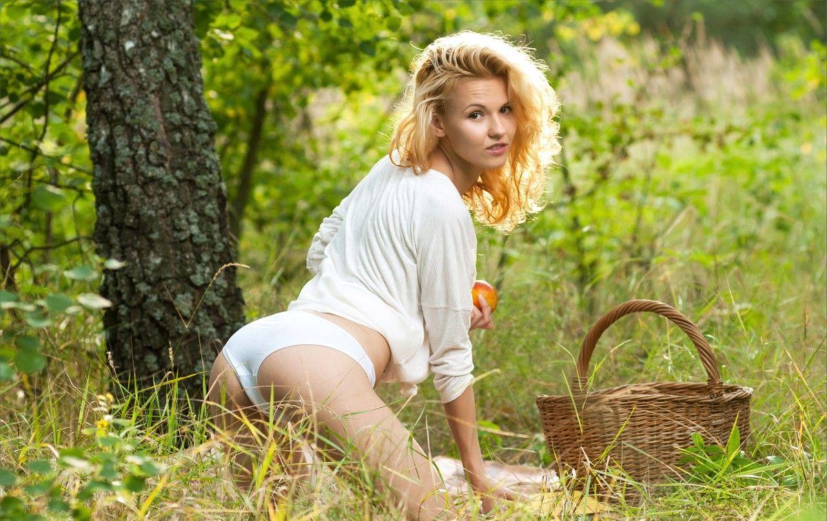 Сиськи блондинки на природе фото