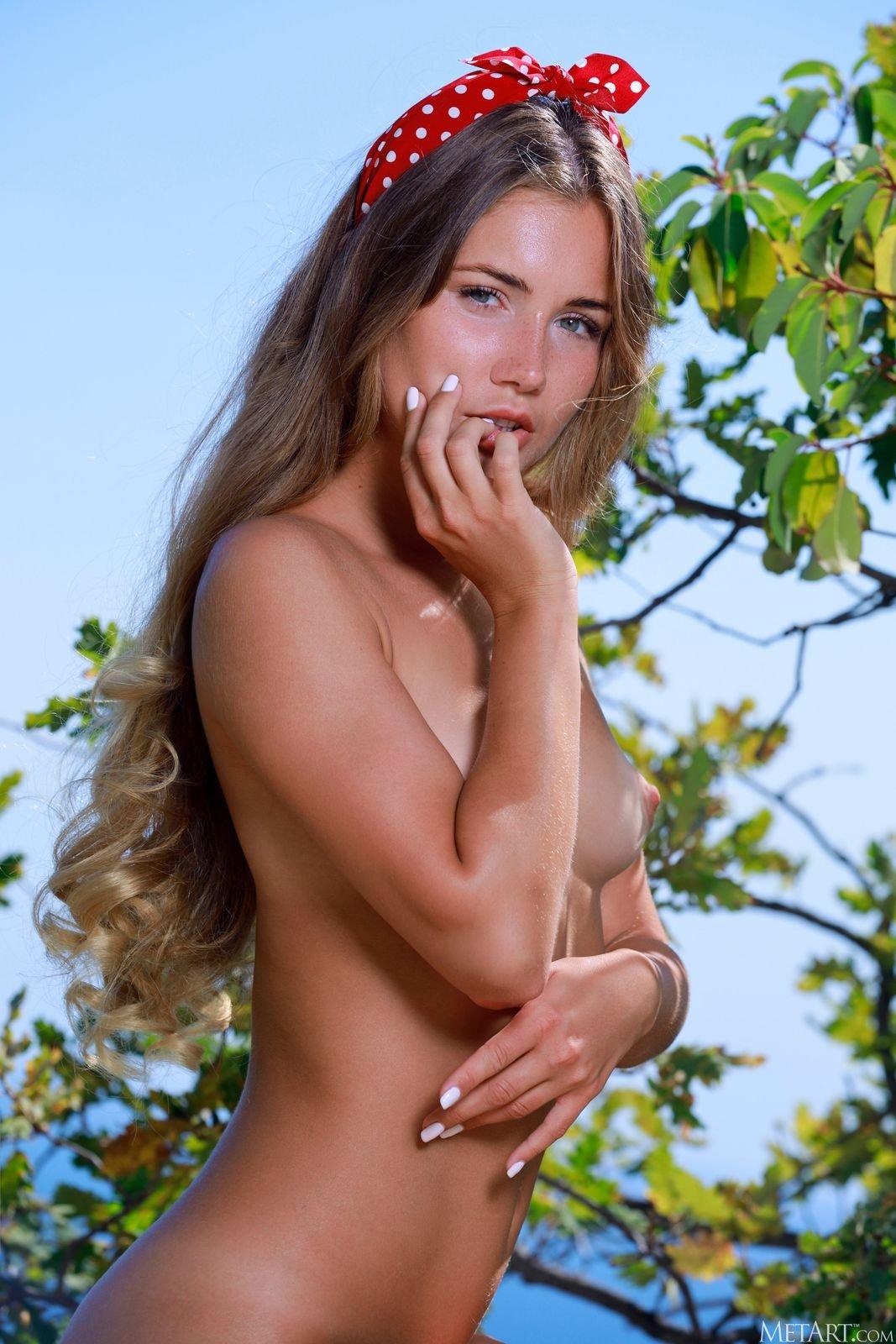 Русая красавица встала раком на природе