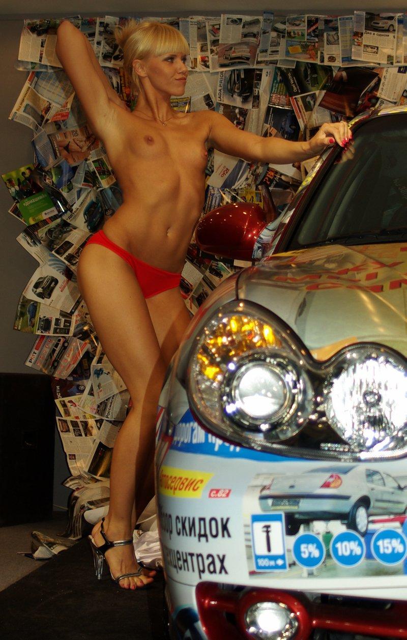 Голые на автосалоне эротика