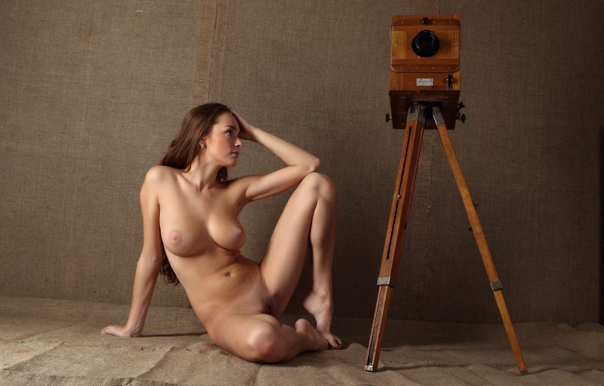 тоже, кстати, красивые голые девушки позируют перед камерой спальню зашла
