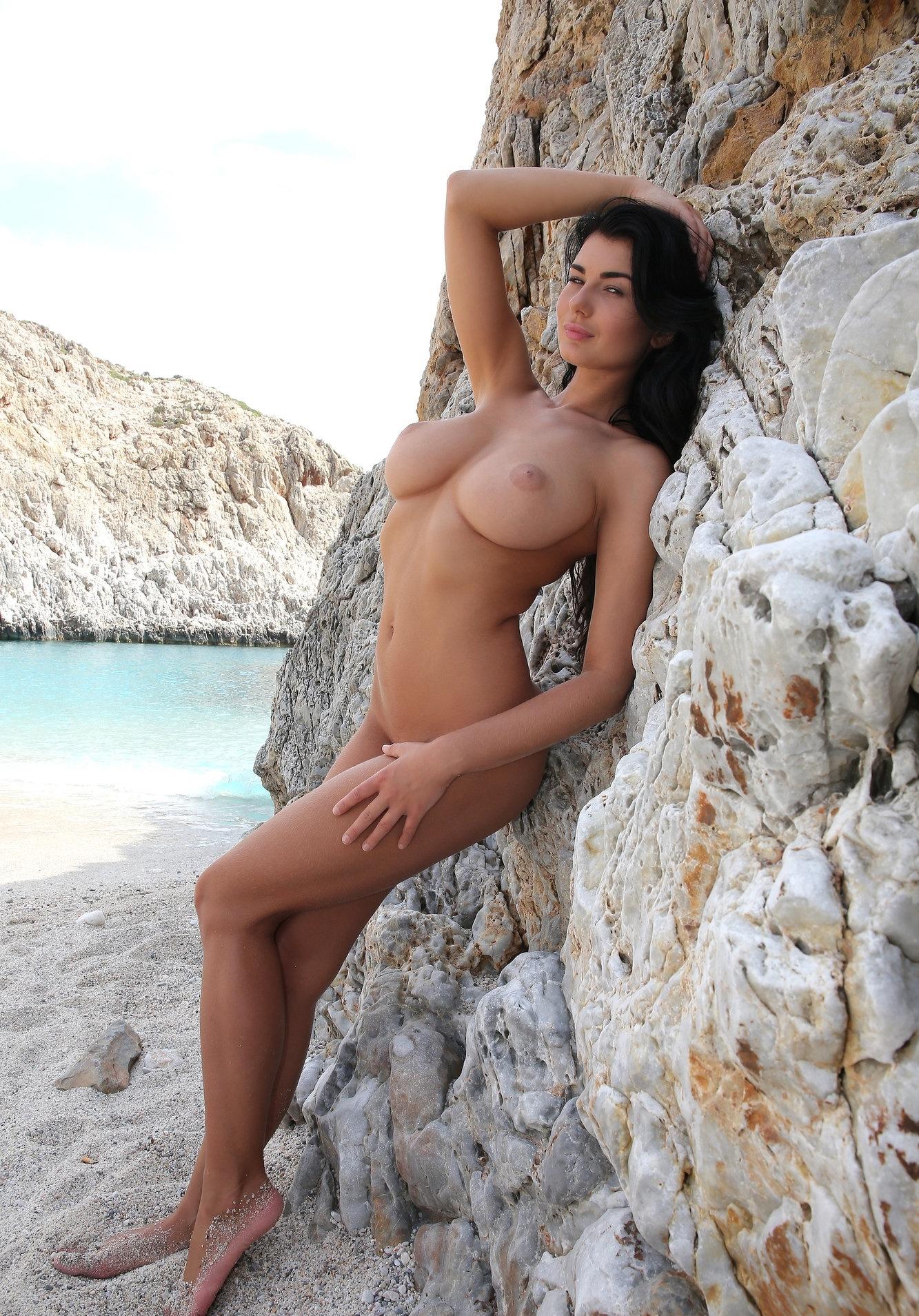 Голая брюнетка с большими сиськами на пляже, смотреть онлайн порно на телефоне с пожилой