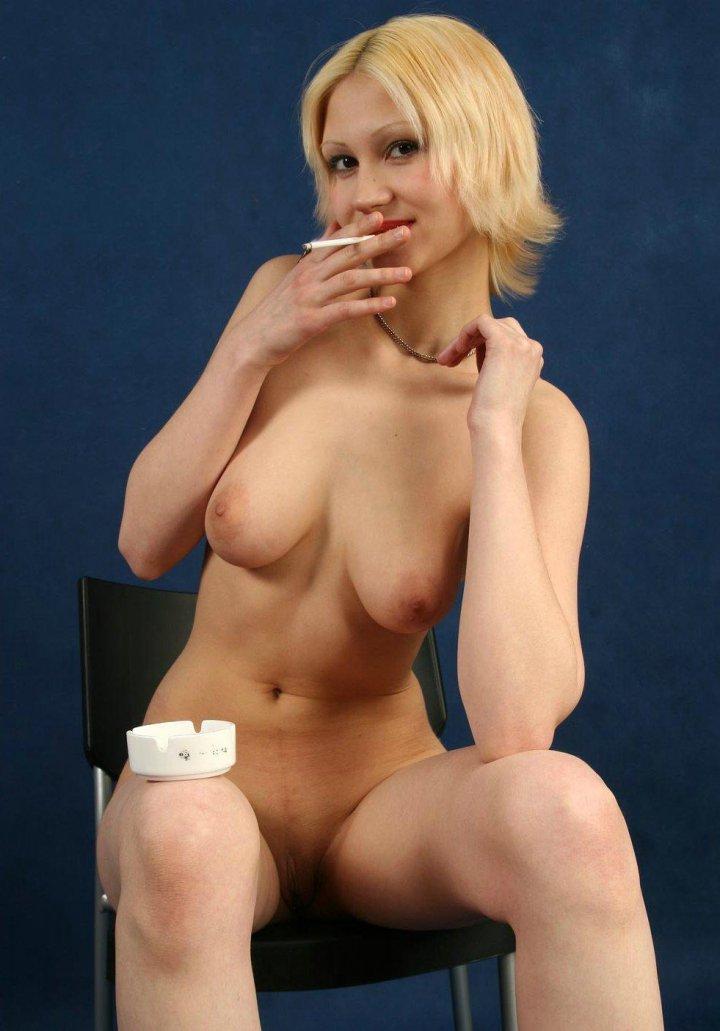 С сигаретой блондинка порно