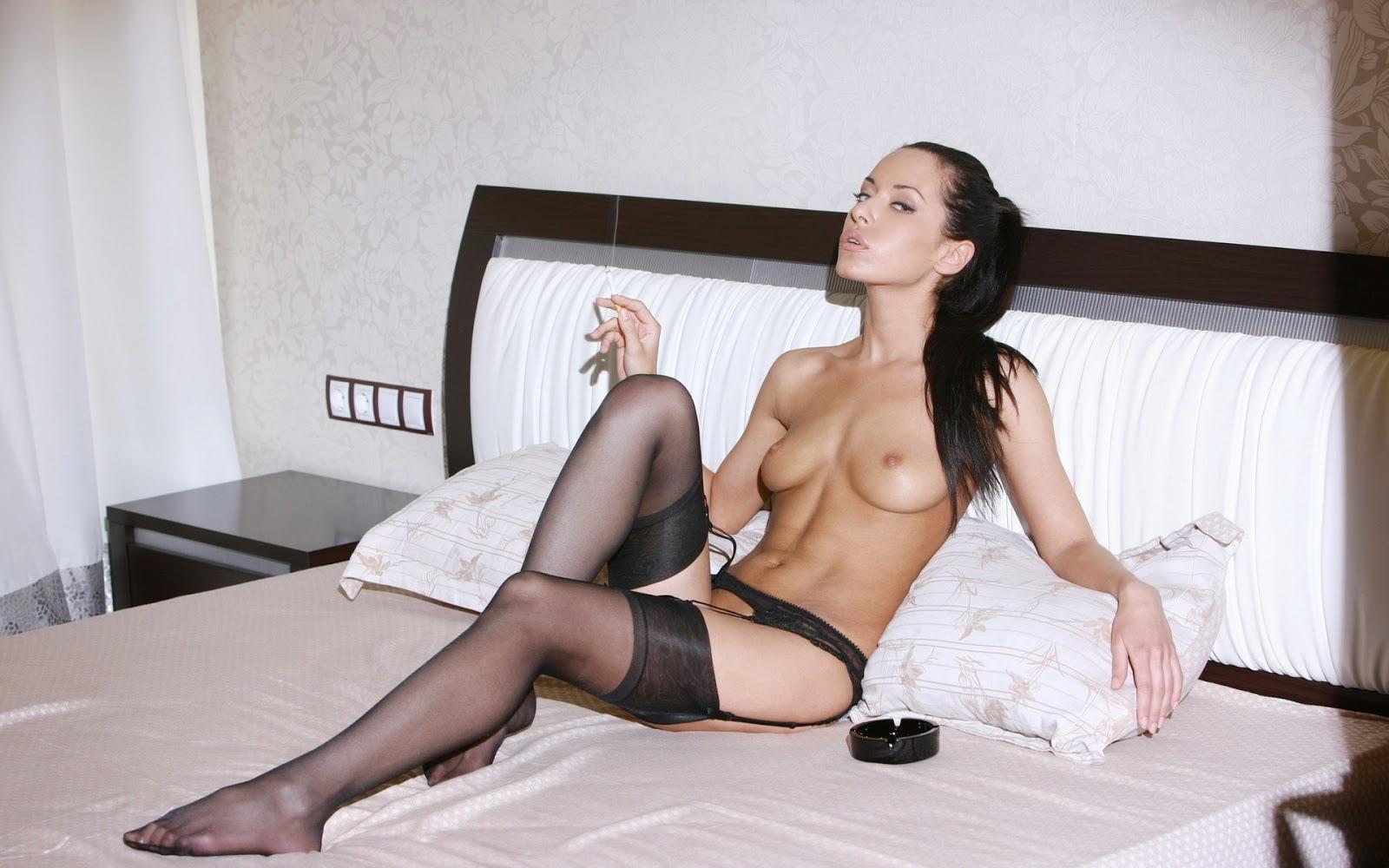 Порно голые женщины одевают чулки фото знакомство москва девушки