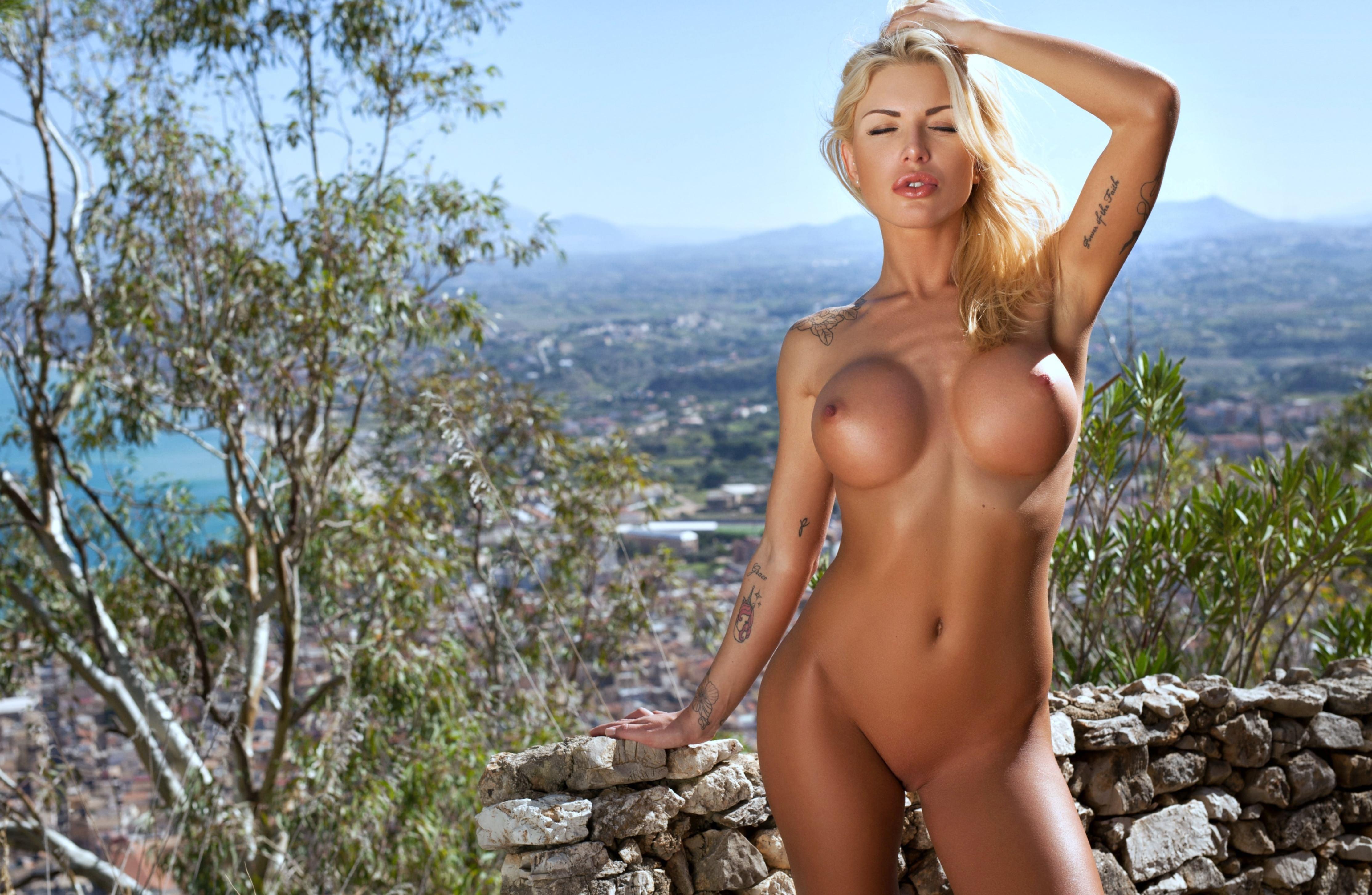 Онлайн лесбиянки упругие сиськи блондинки женщины прозрачном