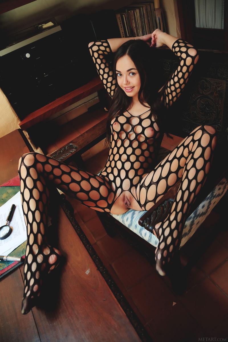 Азиатка в стильном комбинезоне