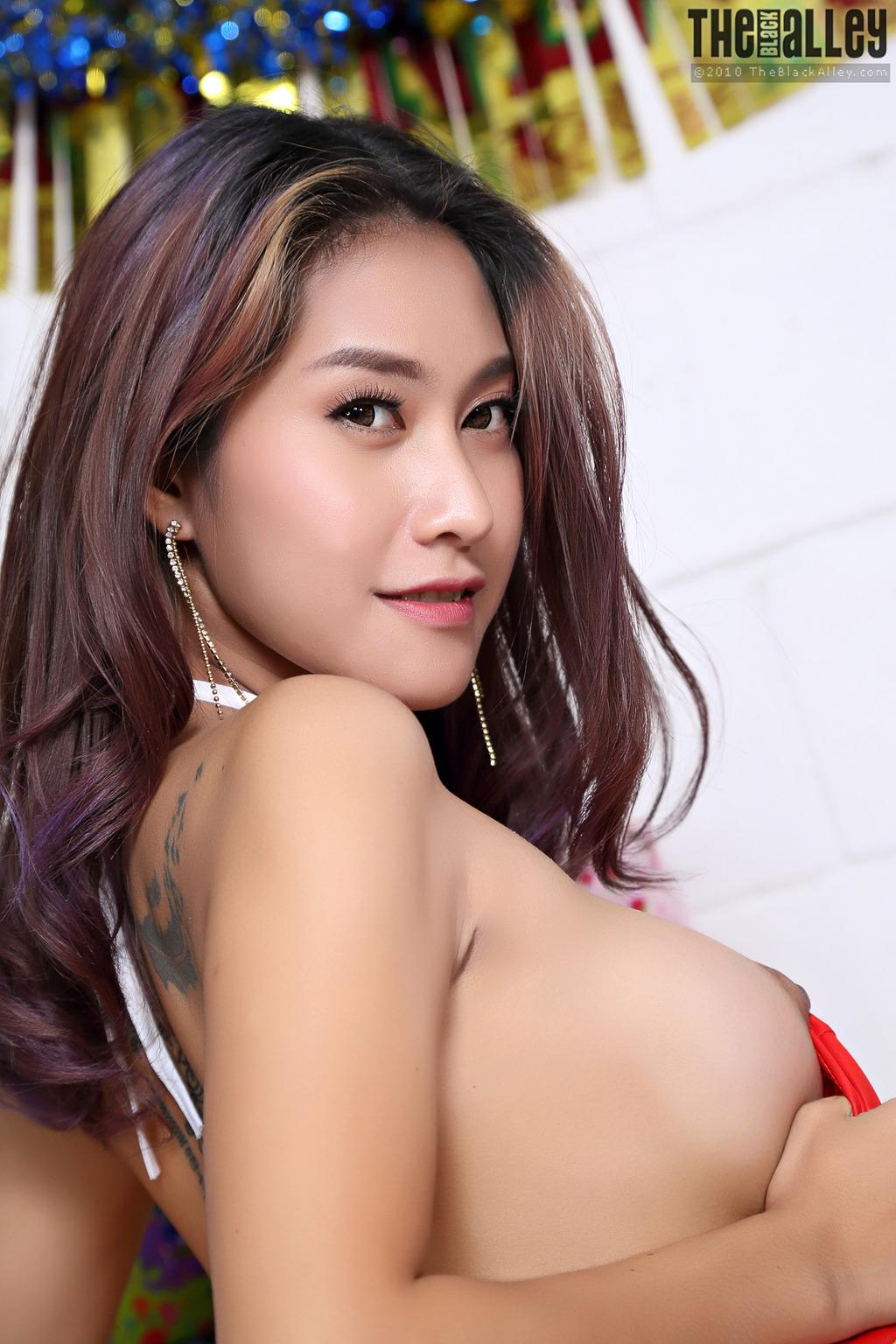 Кореянка В красном