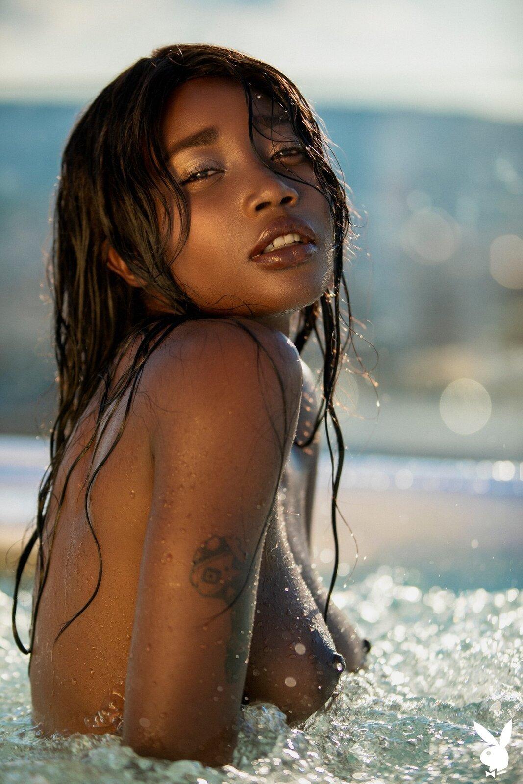 Мокрая негритянка сняла бикини в джакузи