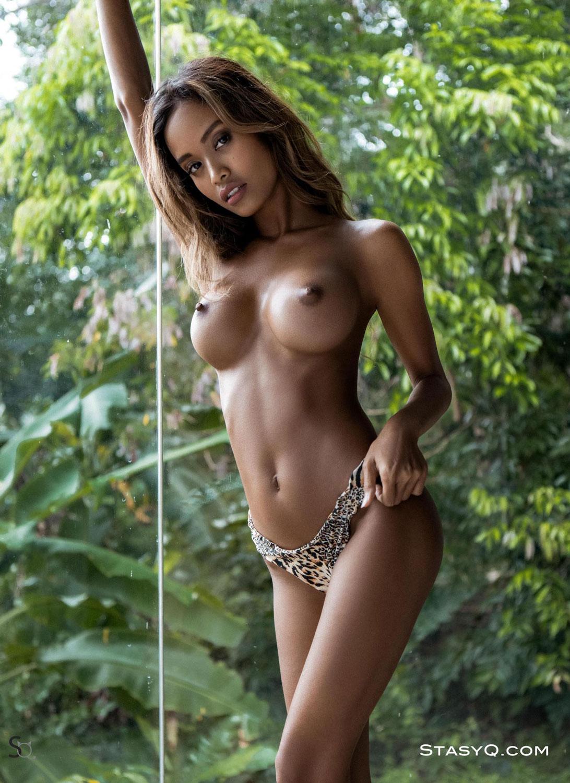 Putri Cinta Откровенная модель родом из Индонезии