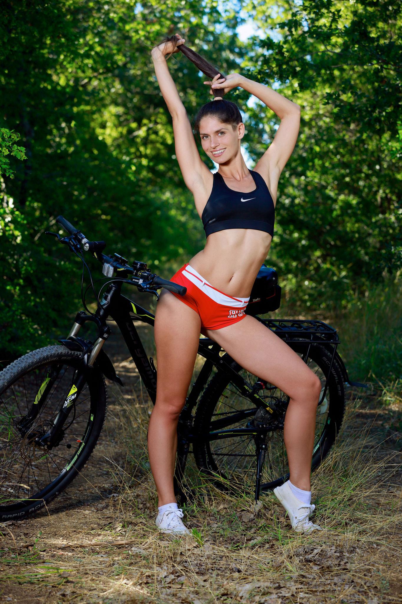 голая велопрогулка