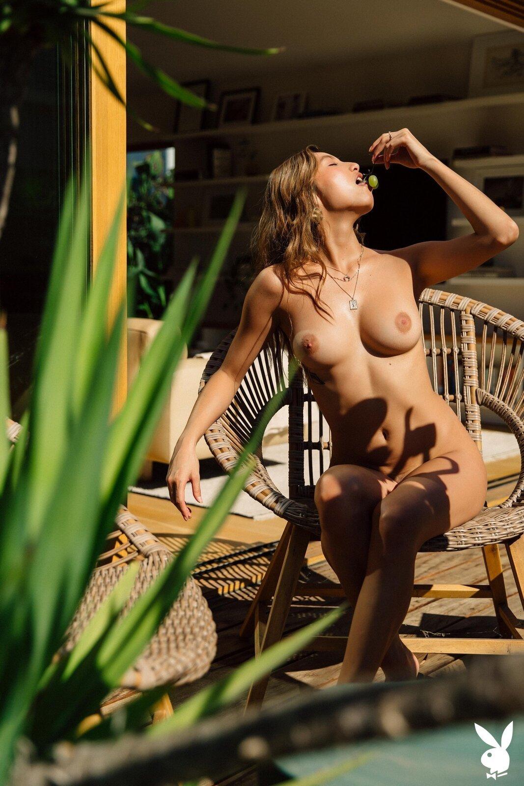 Горячая девушка загорает голышом