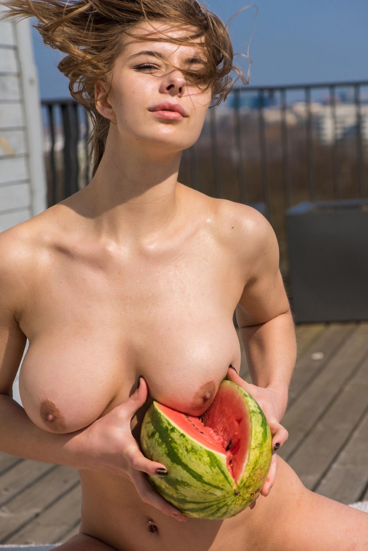 Кушает арбузик