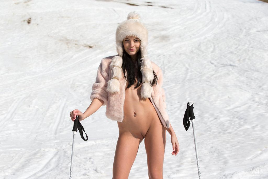 На снегу не холодно