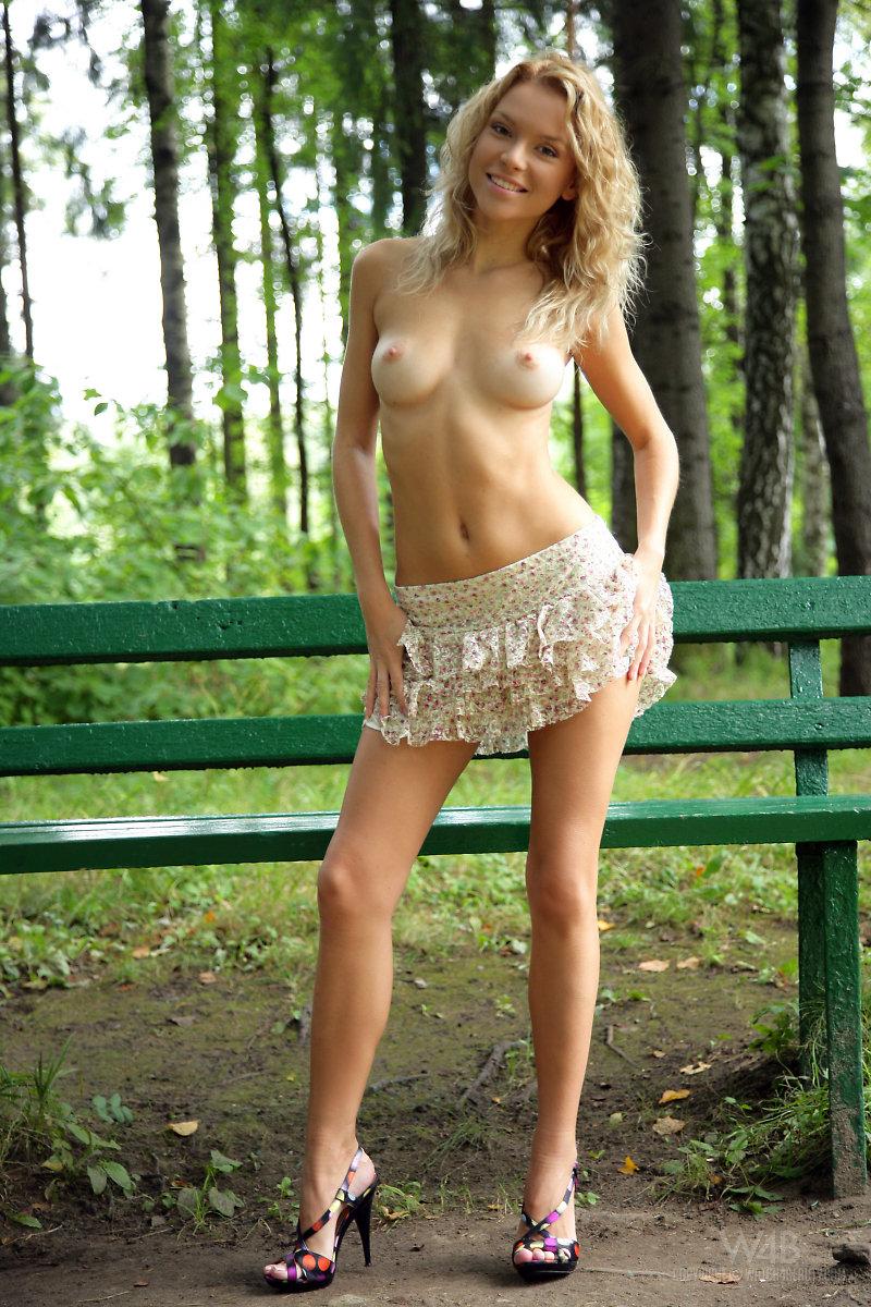 Раздевается в парке
