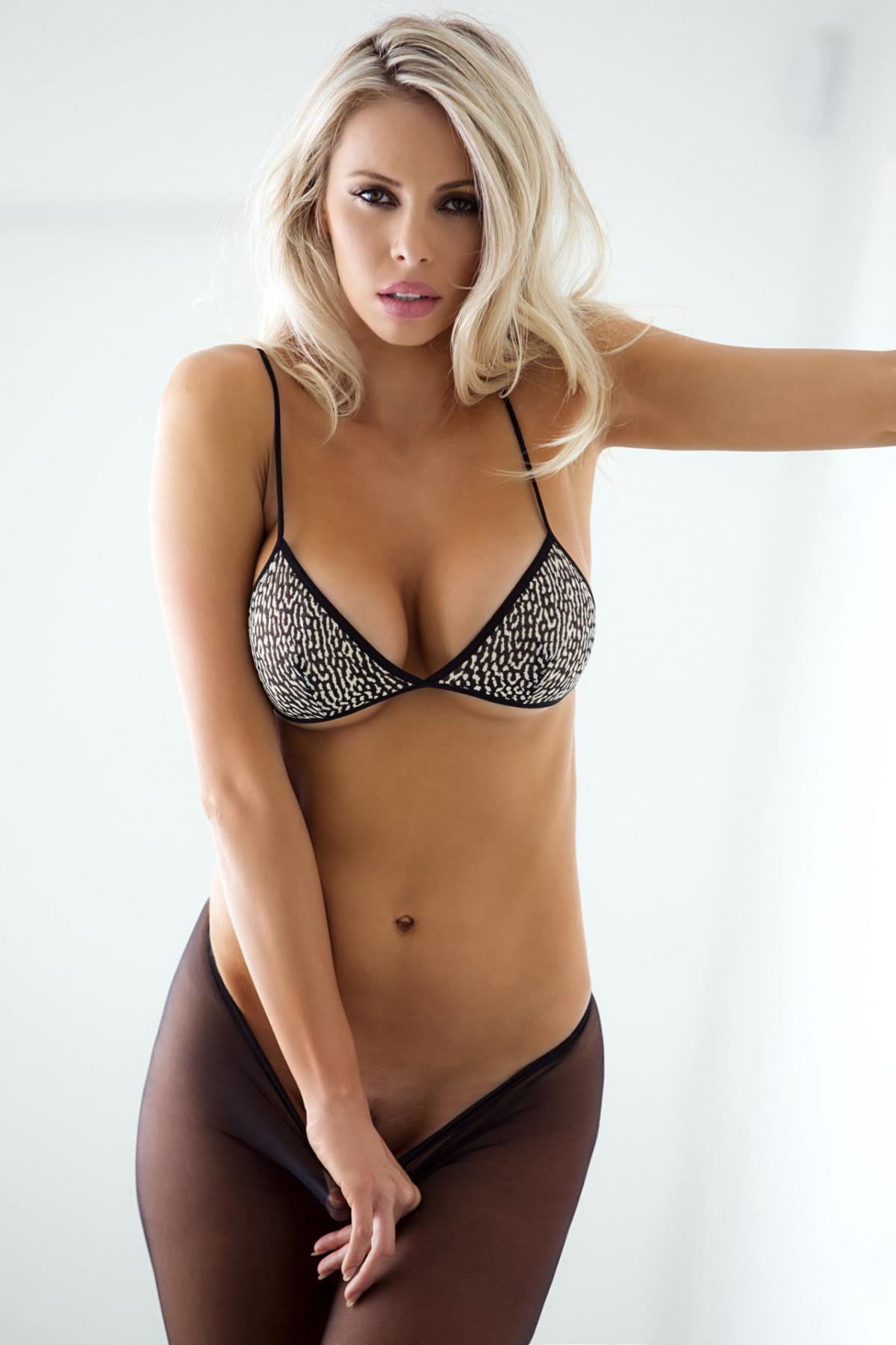 Эффектная блондинка в колготках