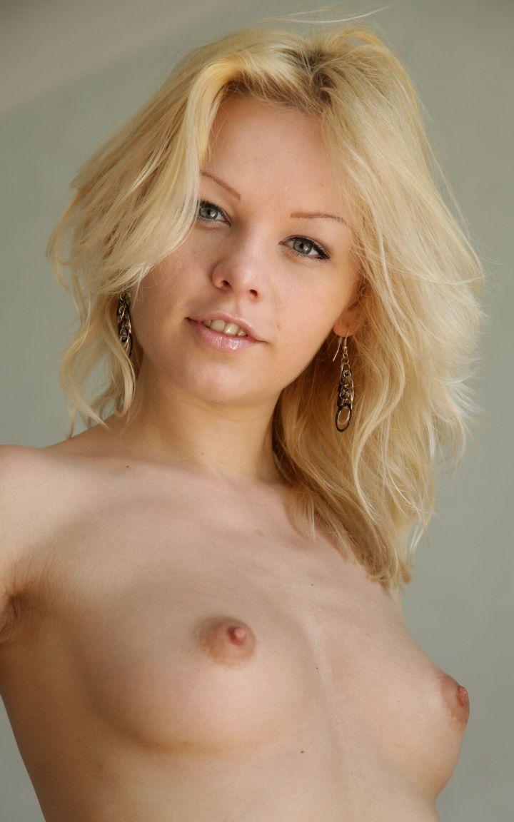 Грациозная блондинка в чулках