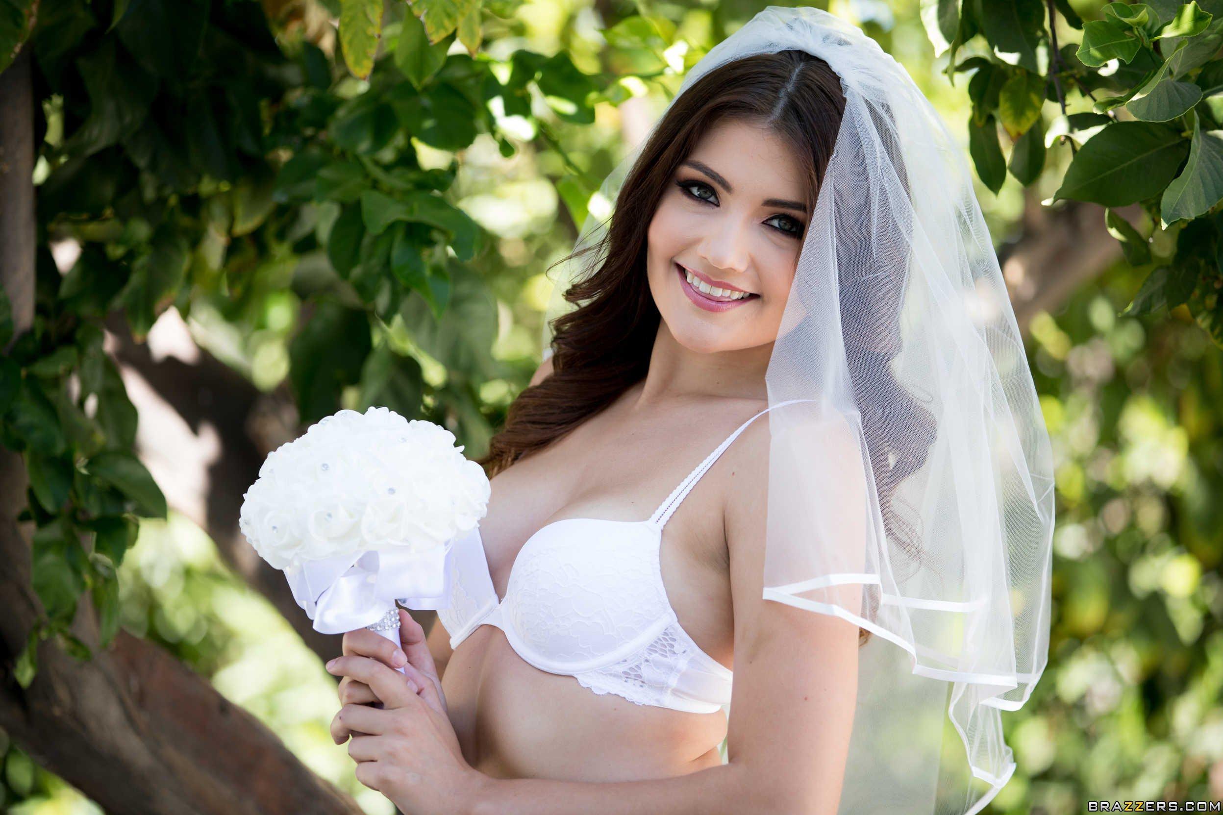 Развратная невеста в чулках разделать на камеру