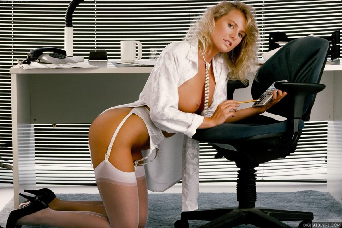 Эротика ретро секретарши, закрылась в ванной видео