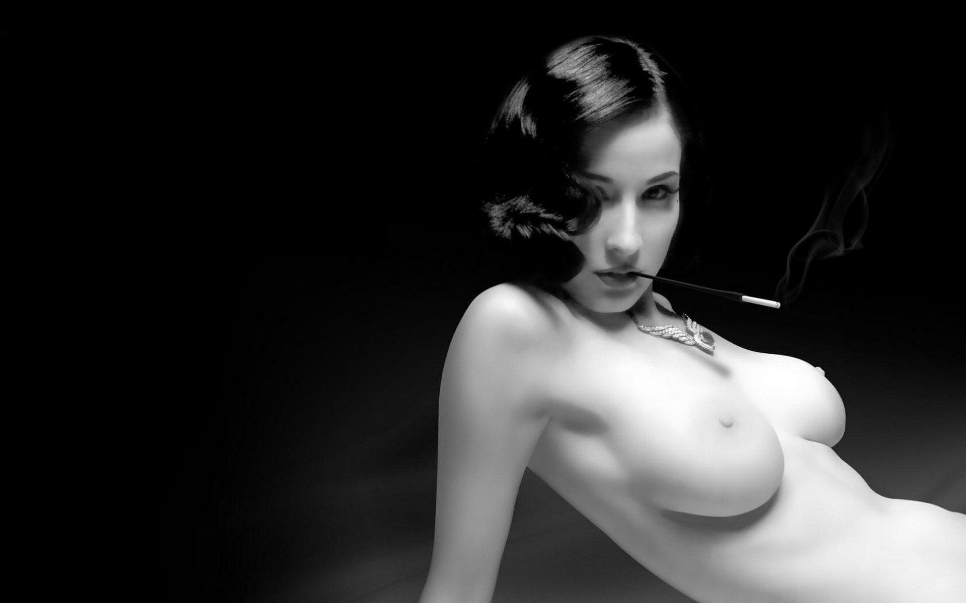 Эротика фото черный фон, Стройное голое тело статной девушки на черном фоне 14 фотография
