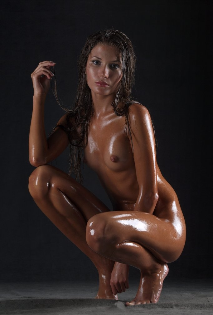 Nude oily girl photoshoot — pic 10